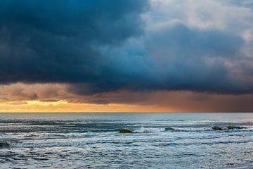 Kleurrijke winterluchten boven de Noordzee in Zeeland Nederland van Rik Pijnenburg