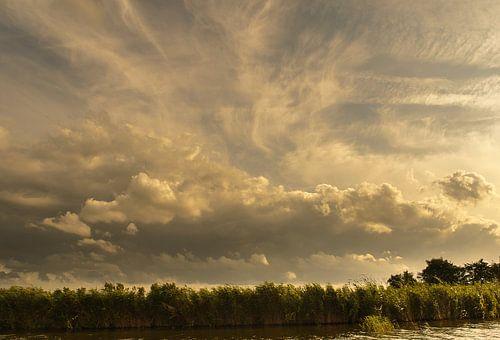 Stapelwolken boven de sloot van