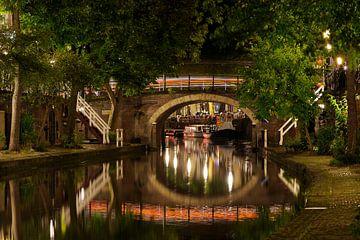 Zandbrug over de Oudegracht in Utrecht met een doorkijkje naar de Bemuurde Weerd van