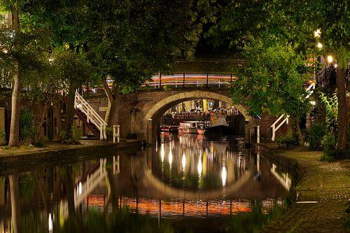 Zandbrug over de Oudegracht in Utrecht met een doorkijkje naar de Bemuurde Weerd von Donker Utrecht