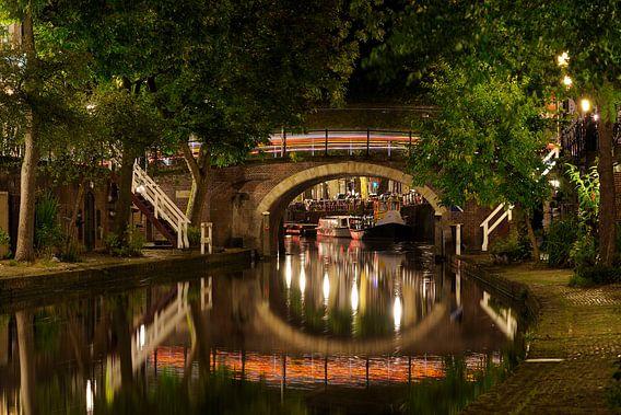 Zandbrug over de Oudegracht in Utrecht met een doorkijkje naar de Bemuurde Weerd van Donker Utrecht