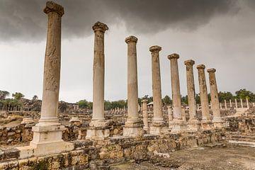 Römische Ruinen mit Säulen in Bet She An in Israel von Joost Adriaanse