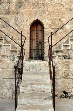Boven, trap in de Torre de Quart, Valencia, Spanje. van Iris Heuer