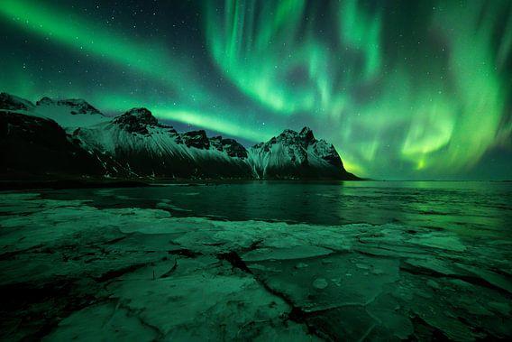 Noorderlicht boven Vestrahorn berg in Stokksnes, Ijsland met ijsscherven op de voorgrond