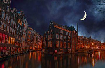 Stadsgezicht van Amsterdam Nederland bij halve maan van