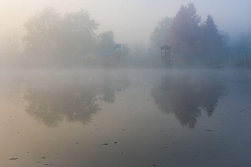 Ochtendmist boven verlaten recreatieplas in Bosnië van Rietje Bulthuis