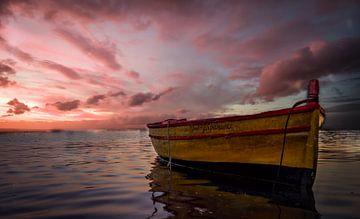 Bootje bij zonsondergang van Mario Calma