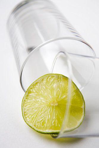 Glas met limoen sur