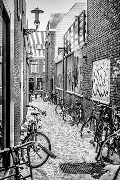 Straatbeeld met fietsen van Annette van Dijk-Leek