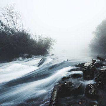Cascade waterval op mistige mystieke ochtend van Patrik Lovrin