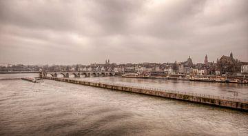 Uitzicht op de Sint Servaasbrug bij Maastricht von John Kreukniet