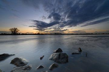 vergezicht boven de rivier de IJssel van Michel Knikker