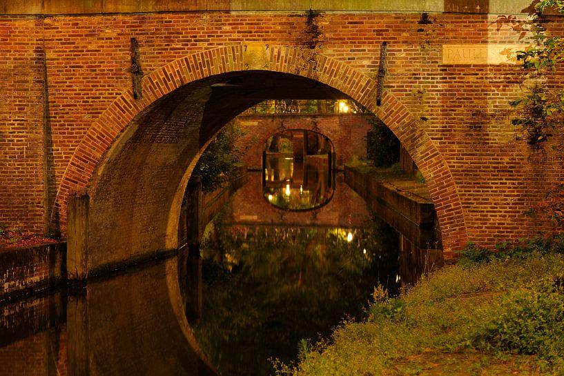 Doorkijkje onder Paulusbrug over Nieuwegracht in Utrecht van Donker Utrecht