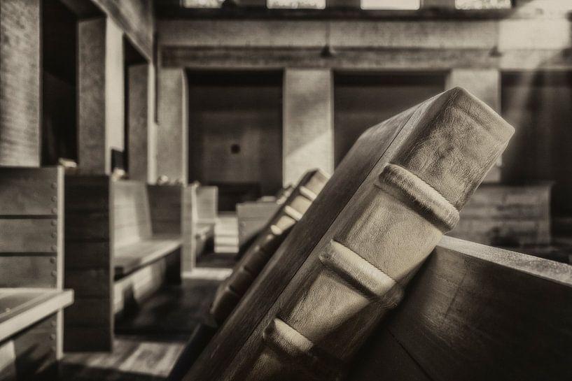 Zwart wit opname van koorboeken in Klooster Mamelis van John Kreukniet