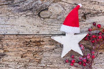 Kerst- of adventsdecoratie met houten stervorm, kerstmuts en rode bessen van Alex Winter
