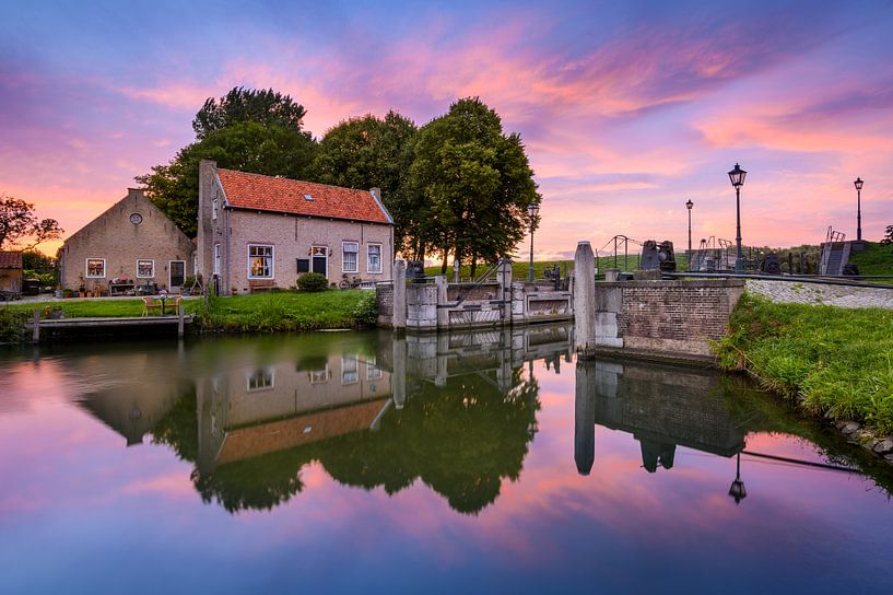 Dirksland Sas - Huis aan de sluis tijdens zonsondergang van Ellen van den Doel