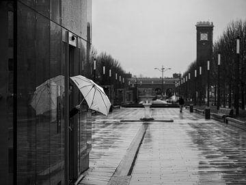 Schwarz-Weiß-Straßenbild Nimwegen im Regen von Rutger van Loo