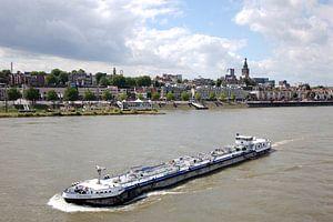MTS Christina geladen aan Nijmegen in de opvaart