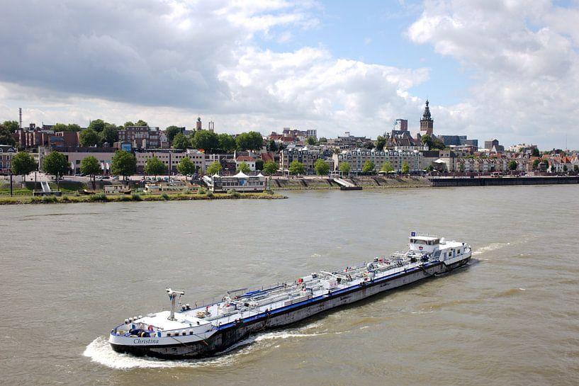 MTS Christina geladen aan Nijmegen in de opvaart van Henriette Driesen-Joanknecht