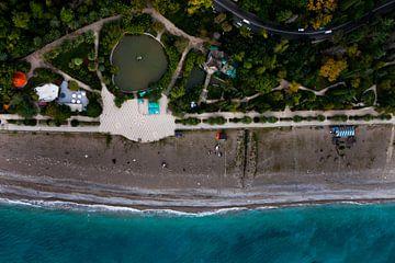 Étang, route et mer. parc vert en bord de mer avec eau turquoise et plage. vue de dessus sur Michael Semenov