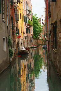 Steeg met gracht in Venetië, Italië