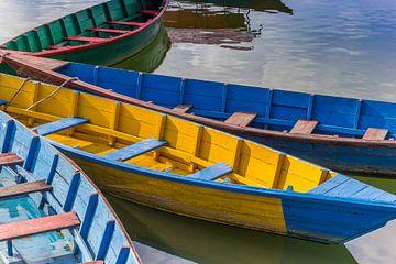 Traditionelle Holzboote auf dem Phewa-See in Pokhara von Marc Venema