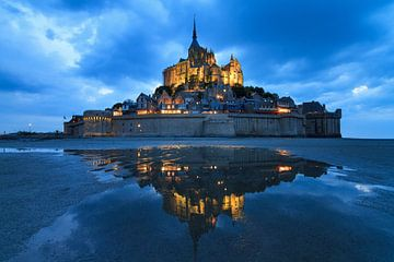 Mont Saint-Michel in het blauwe uur met reflectie von Dennis van de Water