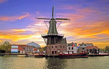 Mittelalterliche Windmühle Adriaan in Haarlem Niederlande bei Sonnenuntergang von Nisangha Masselink