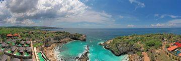 Luftpanorama von Dream Beach auf Nusa Ceningan Bali Indonesien von Nisangha Masselink