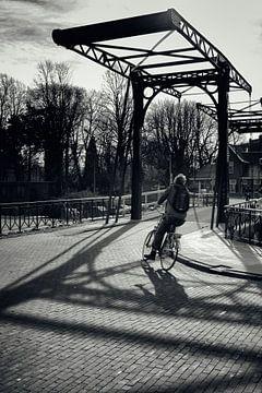 Straatfotografie in Utrecht. De fietser op de Muntsluisbrug in zwart-wit. (Utrecht2019@40mm nr 55) van