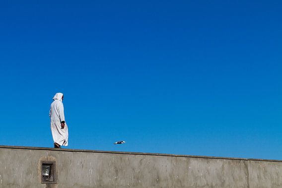 Man lopend op kademuur van Johan Zwarthoed