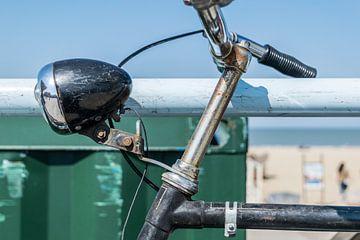 Oude fiets aan zee in Scheveningen van Wouter Pinkhof