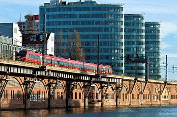 Rode S-Bahn-trein bij de Jannowitz-brug in Berlijn van Silva Wischeropp