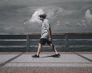 Wandelende man op de boulevard van Jan Hermsen