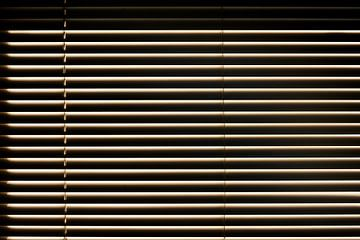 Abstracte horizontale samenstelling - latjes van een jaloezie in het zonlicht van Michael Moser