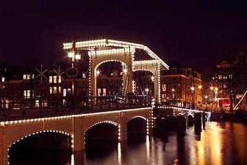 De magere brug in Amsterdam Nederland bij nacht van Nisangha Masselink