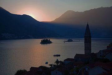Zonsondergang in de baai van Kotor - Montenegro van t.ART