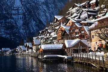 Traditionelle Holzhäuser am Hallstätterseeufer im Schnee im Winter von iPics Photography