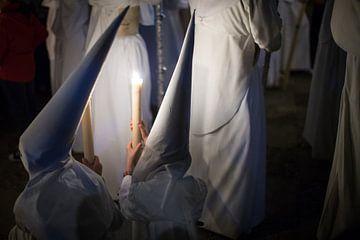 Kinderen van een broederschap in conclaaf tijdens een processie  in de semana santa in Sevilla. Wout sur Wout Kok