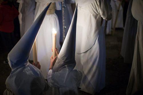 Kinderen van een broederschap in conclaaf tijdens een processie  in de semana santa in Sevilla. Wout