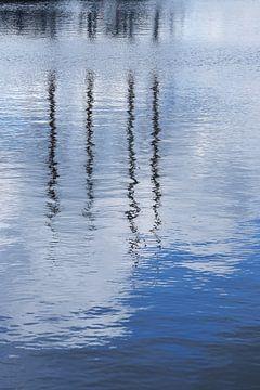 Haven reflecties in het water bij Elburg, Nederland van Christa Stroo fotografie