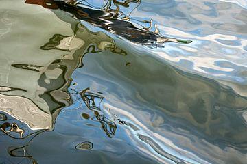 réflexion de l'eau d'un bateau dans un port sur Hanneke Luit