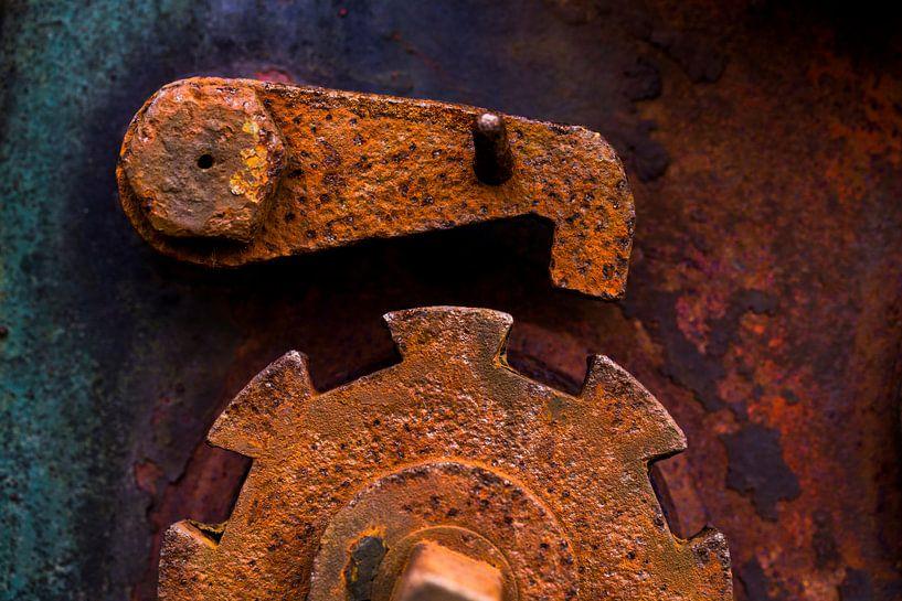 Verroest bruin ijzer tandwiel met noodstop hendel van Paul Wendels