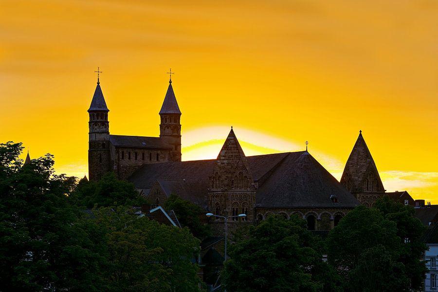 Zonsondergang Onze Lieve Vrouwebasiliek te Maastricht van Anton de Zeeuw