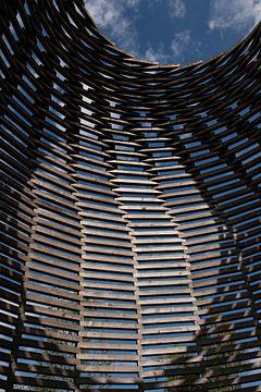 Abstract van een grote houten bijenkorf met binnenvallend zonlicht van Marianne van der Zee