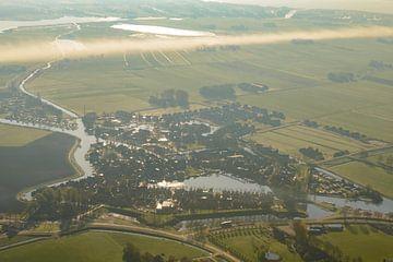 Luftaufnahme über den Sonnenaufgang über Blokzijl Dorf in Overijssel von Sjoerd van der Wal