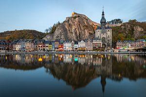 Perfecte reflectie van het Belgische stadje Dinant van OCEANVOLTA