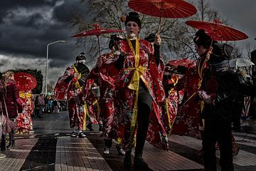 Carnaval tegen dreigende achtergrond van