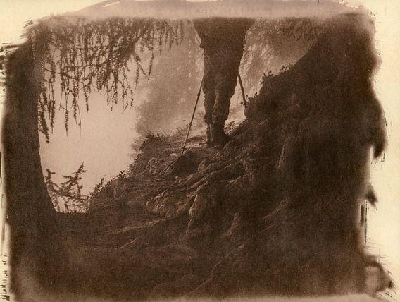 Wanderlust, wandelaar bij sprookjesachtige boomwortels in een bos van Mark van Hattem