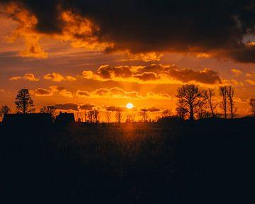 Bewolkte zonsondergang - Reisfotografie in België, Europa | Golden hour foto van Tim Goossens